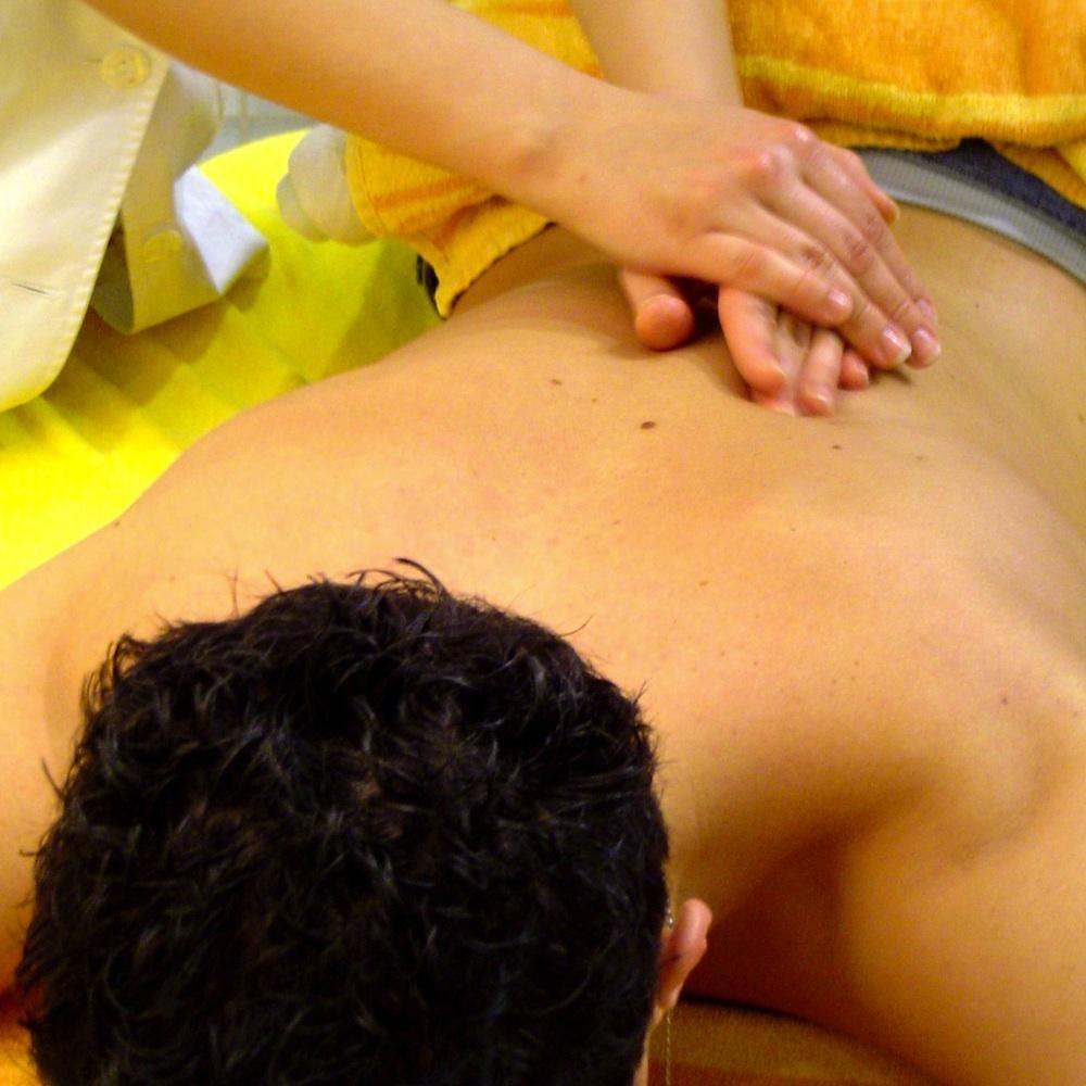 Как делать массаж спины мужчине в домашних условиях