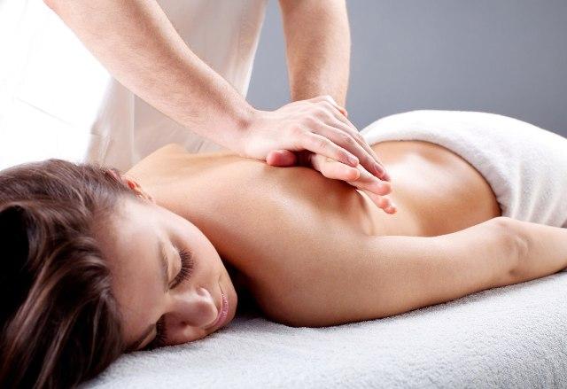 Массаж женской спины